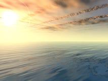 Nuages de coucher du soleil et de victoire au-dessus de mer Photographie stock libre de droits