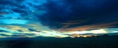 Nuages de coucher du soleil de lever de soleil de vert bleu Photos stock