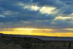 Nuages de coucher du soleil sur une montagne de désert Photos libres de droits