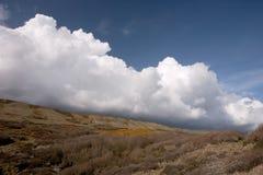 Nuages de Cumulo nimbus, côte de Dorset, Angleterre Images stock