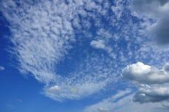 Nuages de cumulus et d'Altocumulus Images stock
