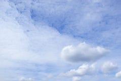 Nuages de dentelle blancs, brillamment allumés par le soleil, dans le ciel bleu photos libres de droits