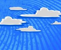 Nuages de dessin animé avec le ciel bleu. Photographie stock