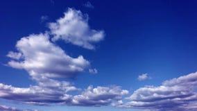 Nuages de flottement dans le timelapse du ciel bleu 4k banque de vidéos