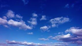 Nuages de flottement dans le timelapse du ciel bleu 4k clips vidéos