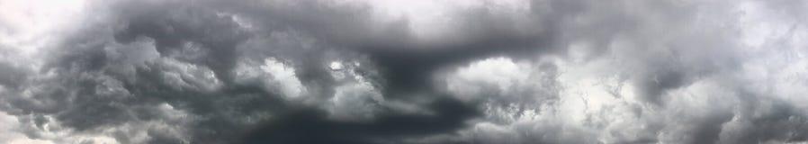 Nuages de forte pluie photographie stock libre de droits