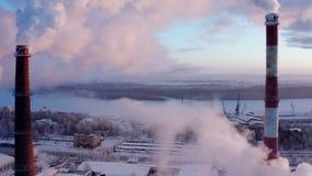 Nuages de hausse de fumée dans le ciel de la chaufferie de ville de tuyau Silhouette d'homme se recroquevillant d'affaires banque de vidéos