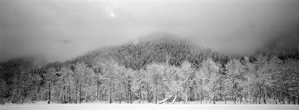 Nuages de levage après une tempête de neige Images libres de droits
