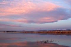Nuages de lever de soleil au-dessus d'un lac colorado Photo stock