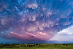 Nuages de Mammatus et ciel orageux au coucher du soleil photo libre de droits