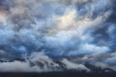 Nuages de montagne de coucher du soleil Photos libres de droits