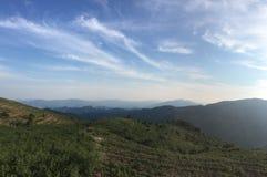 Nuages de montagnes dans le ciel bleu Images libres de droits