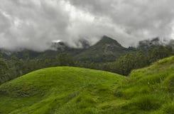 Nuages de mousson au-dessus des montagnes Images stock