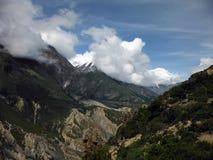 Nuages de mousson s'accumulant avant les crêtes de l'Himalaya Images stock