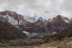 Nuages de neige d'hiver et montagnes de Zion Photographie stock libre de droits
