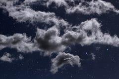 Nuages de nuit étoilée Image libre de droits