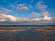 Nuages de plage de ville d'océan Photos libres de droits