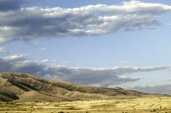 Nuages de pluie apparaissant indistinctement au ler d'arums de montagne pendant le jour ensoleillé d'automne Image stock