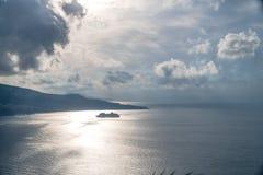 Nuages de pluie au-dessus de belle baie de Sorrente en Italie photos stock