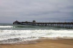 Nuages de pluie au-dessus de pilier de l'océan pacifique Photos stock