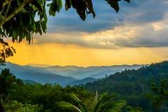 Nuages de pluie au-dessus de voie de Kokoda en Nouvelle-Guinée Photos libres de droits