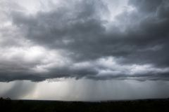Nuages de pluie et ciel sombre en noir et blanc photographie stock libre de droits