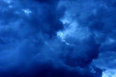 Nuages de pluie foncés bleus Photos libres de droits