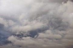 Nuages de pluie foncés et sinistres photographie stock libre de droits