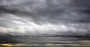 Nuages de pluie foncés et sinistres photos stock
