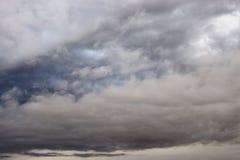 Nuages de pluie foncés et sinistres photographie stock