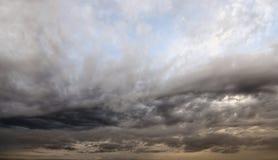 Nuages de pluie foncés et sinistres images libres de droits