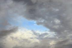 Nuages de pluie foncés et sinistres photo stock