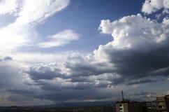 Nuages de pluie foncés au-dessus de la ville Photographie stock