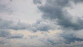 Nuages de pluie se déplaçant rapidement au-dessus du ciel gris, laps de temps banque de vidéos