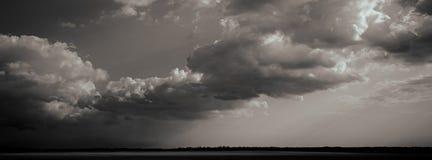 Nuages de pluie sur le champ, paysage rural Fond brouillé Photos libres de droits