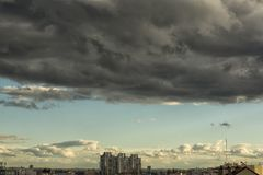 Nuages de pluie sur le ciel Photos stock