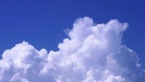 Nuages de roulement dans le ciel bleu clips vidéos