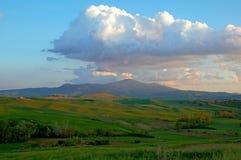 Nuages de soirée au-dessus de montagne de la Toscane Image stock