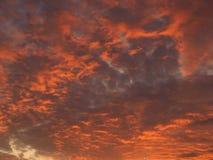 Nuages de soirée avec la lumière du soleil Photographie stock libre de droits
