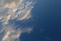 Nuages de stratocumulus au ciel bleu image stock