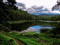 Nuages de tempête au-dessus d'un lac à distance mountain photographie stock libre de droits