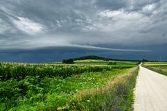 Nuages de tempête au-dessus d'une route de campagne photographie stock