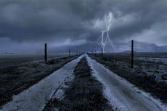 Nuages de tempête au-dessus d'une route de campagne Image stock