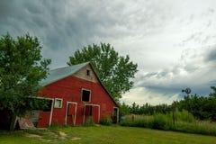 Nuages de tempête au-dessus d'une vieille grange Images libres de droits