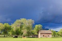 Nuages de tempête au-dessus de cabine de logarithme naturel. Photographie stock