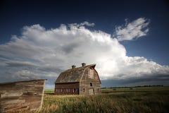 Nuages de tempête au-dessus de ferme de Saskatchewan photos libres de droits