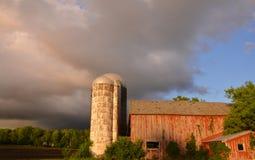Nuages de tempête au-dessus de grange rouge Photographie stock