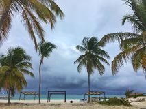 Nuages de tempête au-dessus de l'auvent sur la plage dans le cana de punta Image stock