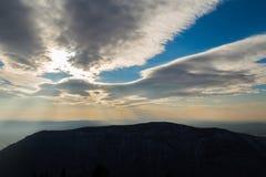 Nuages de tempête au-dessus de la colline Sabotin Photographie stock libre de droits