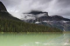 Nuages de tempête au-dessus de lac de montagne Photo libre de droits